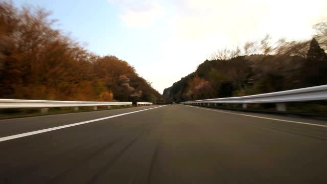 Fahren Sie der mountain road, Rückansicht