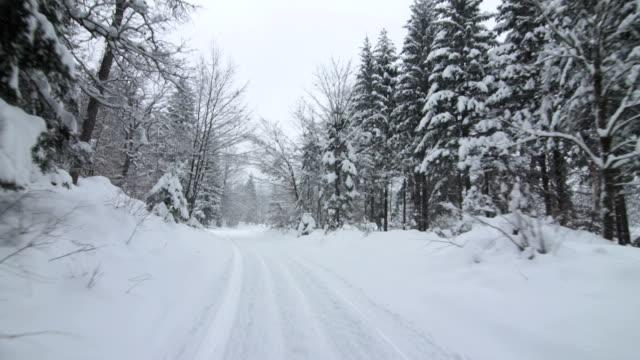 Fahren Sie auf die verschneiten Single Lane Road