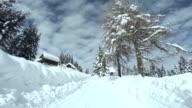 Fahren Sie auf der Mountain Road im Winter