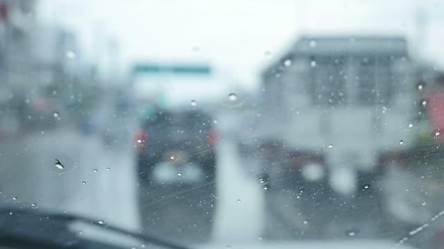 Fahren Sie auf der regnerischen.