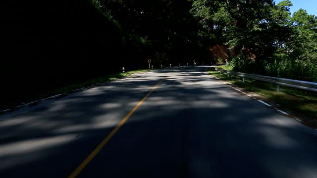 HD:  Fahren Sie auf der leeren Kurvenreiche Straße