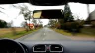 Punto di vista di guida su strada di campagna