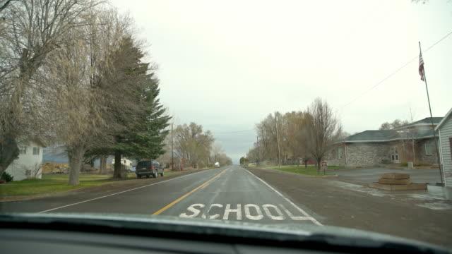 POV körning genom landsortsstad