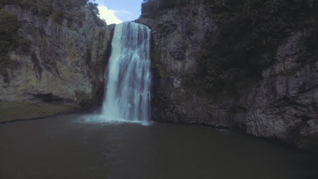 Drone weergave van Hunua Falls, Nieuw-Zeeland.