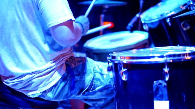 Schlagzeuger spielt Trommeln