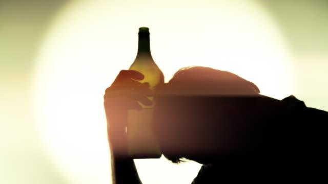 HD: Betrunken Mann mit Flasche