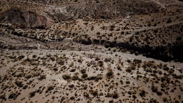 Droge rivierbedding in de woestijn Valley in Californië