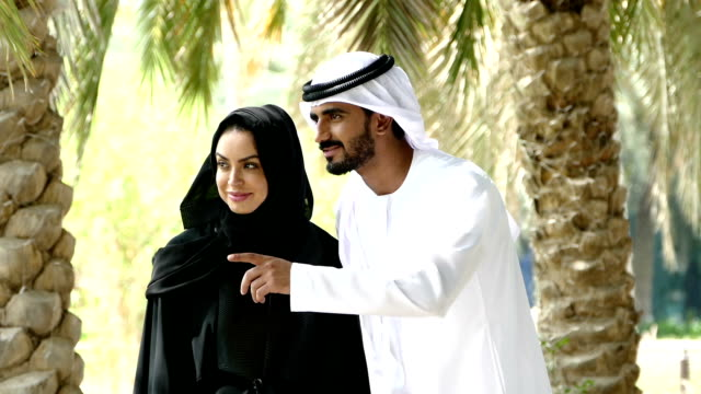 Dubai - traditionellen emiratischen junges Paar außerhalb