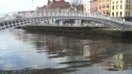 (HD1080i) Dublino, Irlanda: Gente che attraversa il Ponte Ha'penny -Time Lapse