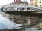 Dublino, Irlanda: Gente che attraversa il Ponte Ha'penny -Time Lapse