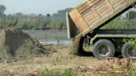 Kipper Lkw Entladen Boden auf Baustelle