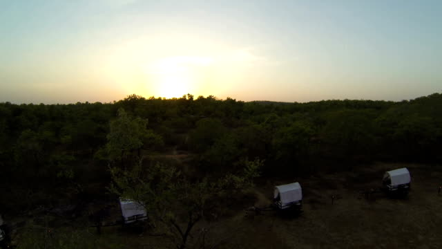 Zonsondergang over de camping