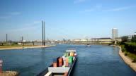 Düsseldorf Skyline mit Industrie-Schiff