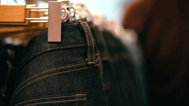 EANs hängend am Kleiderbügel On The Rack In The Kleidung Store.