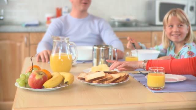 DOLLY HD: Mangiare la prima colazione