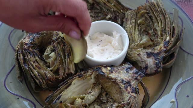Essen Gegrillte Artischocken mit Aioli