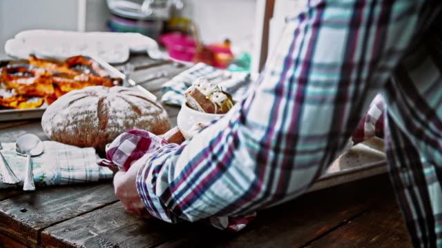 Eten zelfgemaakte Franse uiensoep