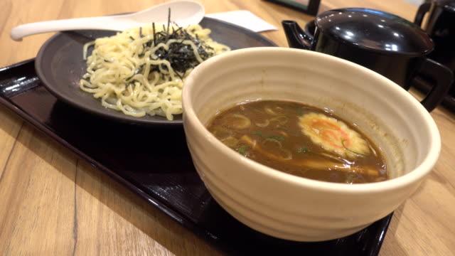 eating ramen japanese noodle in 4k