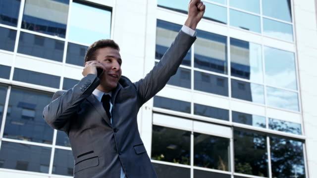 SLO MO extatische zakenman aan de telefoon