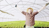 SLO MO DS extatische tuinman outstretching zijn armen en juichen