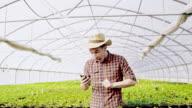 SLO MO DS extatische tuinman outstretching zijn armen in de kas