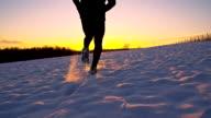 WS TS verzückt Jogger EIN TRIUMPHALES im Schnee