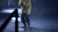 Estatico bambina sotto la pioggia