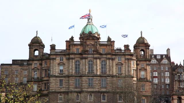 skyline von Edinburgh mit Flagge