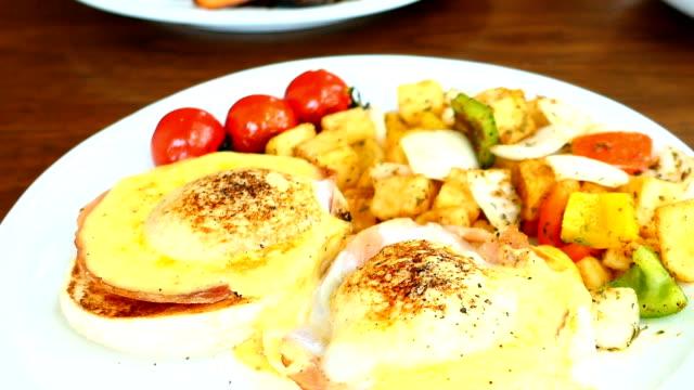 Egg Benedict mit Gemüse zum Frühstück