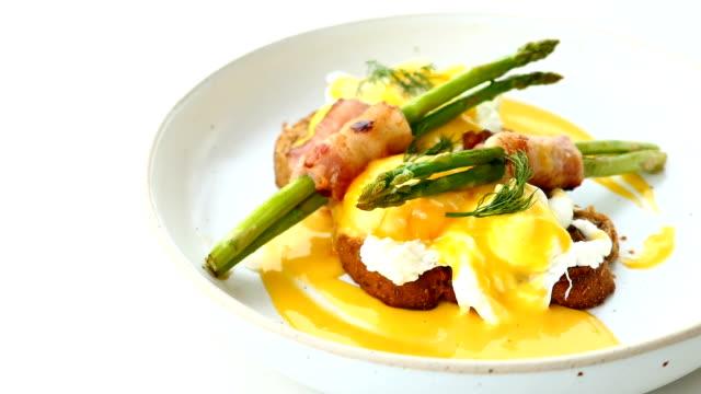 Eggs Benedict mit Speck Twist Spargel