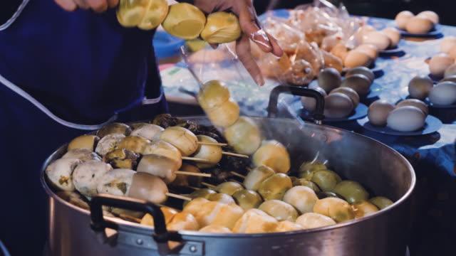 Eiern Kochen im Topf mit kochendem Wasser Street Food in Thailand.