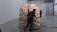 El artista frances Abraham Poincheval permanecio encerrado ocho dias en una piedra de doce toneladas como parte de una exposicion montada en el museo...