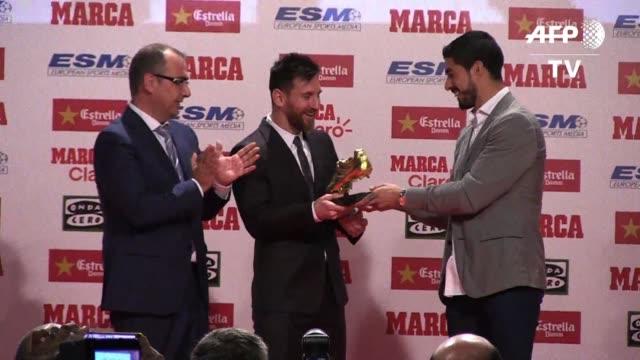 El astro argentino del Barcelona Leo Messi recibio el viernes su cuarta Bota de Oro como mejor goleador de las ligas europeas igualando a su gran...