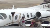 El aterrizaje de jets privados con futbolistas como Luis Suarez causo revuelo el jueves en el pequeno aeropuerto Islas Malvinas de la ciudad de...