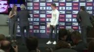 El Atletico de Madrid anuncio este jueves el fichaje del jugador frances de 23 anos Antoine Griezmann quien hasta ahora jugaba para el Real Sociedad