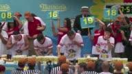 El californiano Joey Chestnut gano el viernes en Nueva York su octavo titulo consecutivo como campeon mundial de atracones de hot dogs