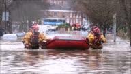 El ejercito se unio a las labores de evacuacion de los afectados y control de danos por las lluvias en el norte de Inglaterra que enfrenta...