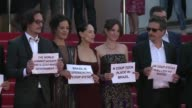 El elenco de la pelicula brasilena Aquarius denuncio el martes en la alfombra roja de Cannes un golpe de Estado en Brasil