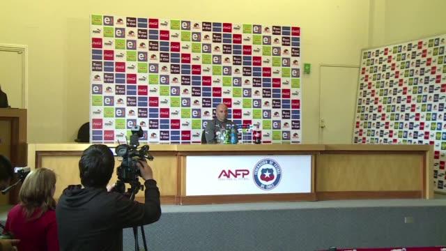 El entrenador de Chile Jorge Sampaoli dijo estar asombrado por la recuperacion de Arturo Vidal de su lesion pero todavia no sabe si el volante estara...