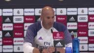 El entrenador del Real Madrid Zinedine Zidane considero absurda la sancion que la FIFA le impuso al equipo por violar el reglamento de traspaso de...