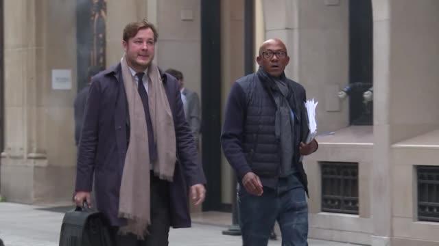 El exatleta namibio Frankie Fredericks compareció el jueves ante una corte de Paris para ser interrogado sobre las sospechas de corrupcion en la...