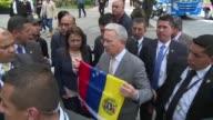 El expresidente de Colombia Alvaro Uribe pidio el miercoles a militares venezolanos que desoigan el mandato de la dictadura al acompanar una...