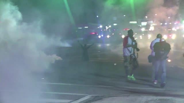 El gobernador de Misuri Jay Nixon ordeno este lunes el despliegue de la Guardia Nacional en Ferguson sacudido desde hace dias por disturbios...