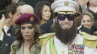 El humorista britanico Sacha Baron Cohen llego el domingo a la alfombra roja de los Oscar vestido del dictador de su proxima pelicula con una urna...