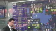 El indice Nikkei de la bolsa de Tokio cerro este lunes un ano record con ganancias del 57% su mejor rendimiento de los ultimos 40 anos gracias a la...
