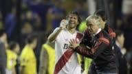 El legendario superclasico argentino Boca River Plate fue suspendido en el entretiempo por una agresion de hinchas con gases y liquidos irritantes...
