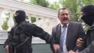 El lider del partido neonazi griego Amanecer Dorado Nikos Michaloliakos paso a prision preventiva este jueves despues de prestar extensa declaracion...