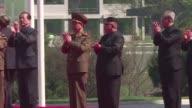 El lider norcoreano Kim Jong un se distancio el martes del plan para lanzar misiles cerca de la isla de Guam donde Estados Unidos tiene una base...