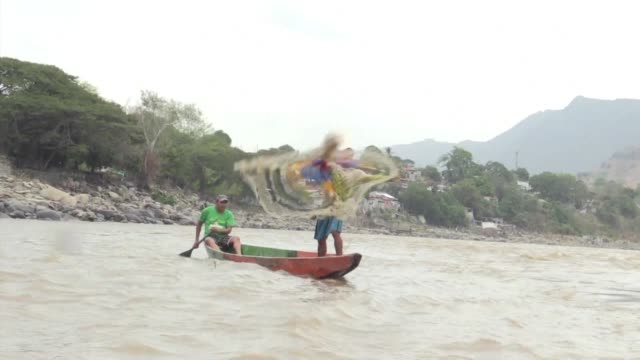 El lodo remplazo a los peces en el Magdalena el principal rio de Colombia cuyo caudal se redujo a un tercio tras la sequia provocada por el fenomeno...