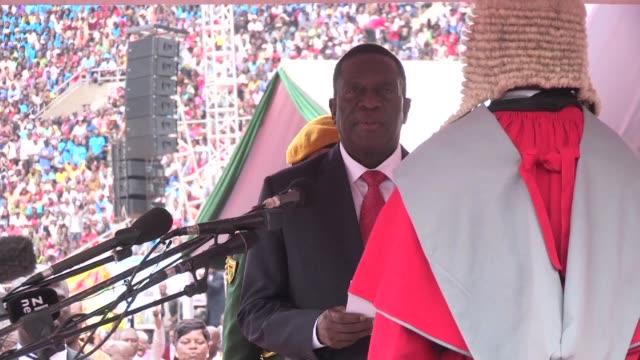 El nuevo presidente de Zimbabue Emmerson Mnangagwa puso el viernes punto final a 37 anos de reino autoritario de Robert Mugabe al prestar juramento...